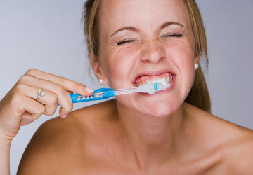 Răng bị ố vàng do đánh răng sai cách